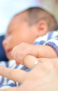 赤ちゃん握る